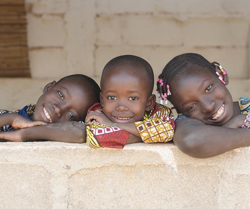 Tre søte vestafrikanske barn - Løvetannsaken med Løvetann Kantinedrift
