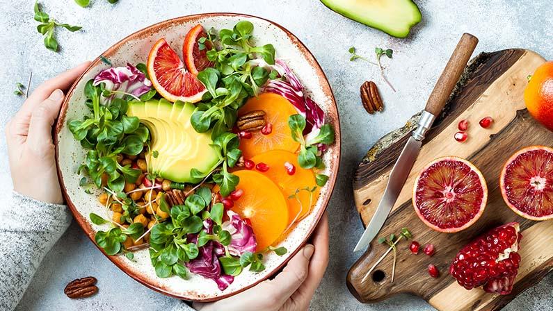 Dame holder sunn salat - kantinemat fra Løvetann Kantinedrift